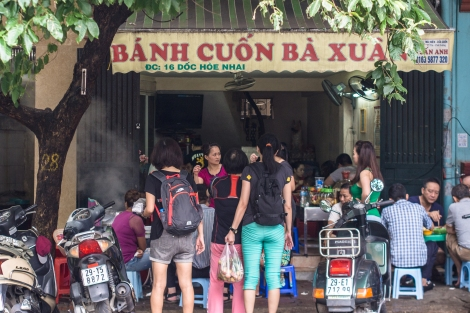 crowded banh cuon shop